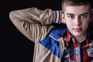 Porträt des jungen Mannes auf schwarzem Hintergrund foto