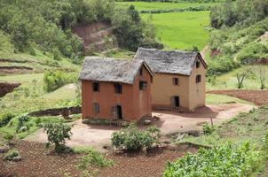 zwei madagassische Bauernhäuser am Hang foto