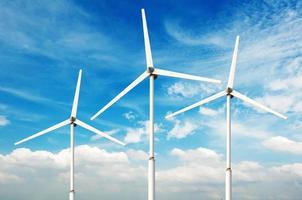 grünes erneuerbares Energiekonzept - Windgeneratorturbinen am Himmel