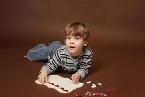 Kind macht Valentinstag Handwerk mit Herzen