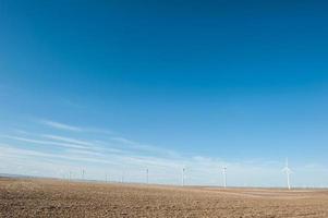 erneuerbare Windenergie auf einem blauen Himmel backgorund foto