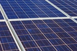 Dach mit Sonnenkollektorzellen - Detail. foto