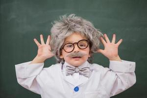 süß gekleideter Schüler zeigt seine Hände foto