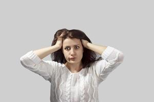 Porträt Kopfschuss erschreckte junge Frau