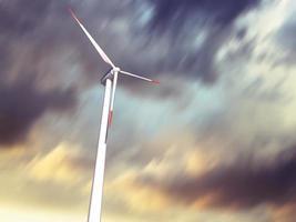 Windkraftanlage mit sich bewegenden Wolken auf Hintergrund foto