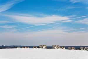 schöne Landschaft mit Wasserturm und Wohngebiet im Winter foto