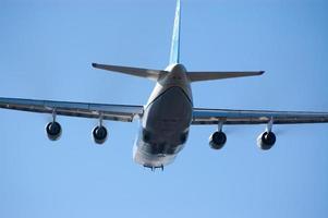 Frachtflugzeug abheben. foto
