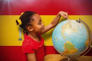 zusammengesetztes Bild des glücklichen Schülers mit Globus foto
