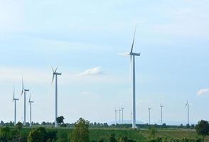 Windkraftanlage im blauen Himmel.
