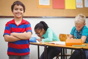lächelnder Student, der Kamera betrachtet foto