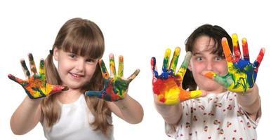 glückliche Schulkinder, die mit Händen malen foto