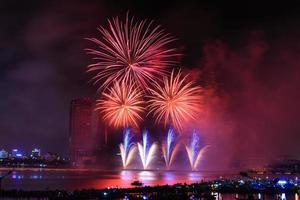 buntes Festivalfeuerwerk am Fluss