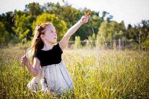 Porträt eines kleinen Mädchens im Park foto