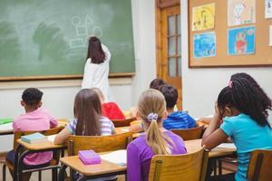 Schüler, die auf den Lehrer achten foto