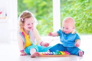 entzückende Kinder, die Musik mit Xylophon spielen foto