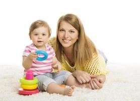 Baby Mutter, Kind spielt Blöcke Spielzeug, junge Familie und Kind foto