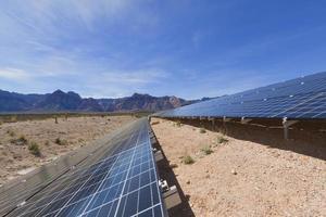 Sonnenkollektoren in der Mojave-Wüste. foto