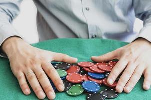 Casino Chips in Rot, Grün und Schwarz.
