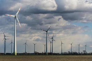Windkraftanlagen an einem wolkigen Tag foto