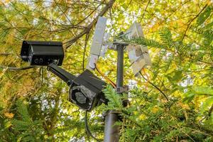 Überwachungskamera hinter Bäumen foto
