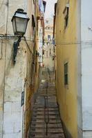 Blick auf die Seitenstraße in Lissabon, Portugal