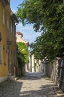 kleine Straße mit Fassade mittelalterlicher Häuser in Weimar