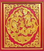 doppelter goldener Drache auf rotem Holz foto