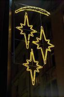 Weihnachtsdekoration an der Hauswand mit elektrischen Sternen foto
