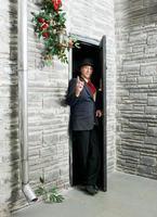 vorsichtige Person in der Nähe der Tür foto