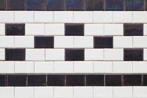 Fliesen an der Fassade, schwarz, weiß foto