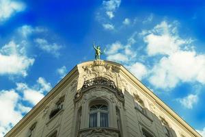 barocke Fassade mit einer Statue in Bonn, Deutschland foto