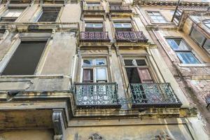 Fassade eines alten Wohngebäudes mit zerbrochenen Fenstern foto