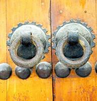 rostbraunes Marokko in Afrika die alte Holzfassade foto