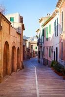schmale Straße in der Mittelmeerstadt foto