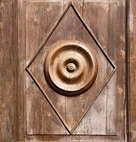 abstrakter rostiger Messingbraunklopfer in a foto
