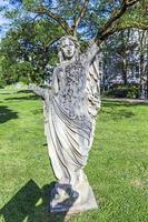 Statue des alten Thermalbades steht im Park foto