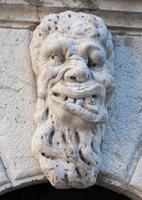 hässliches Mann Basrelief Stein Gesicht foto