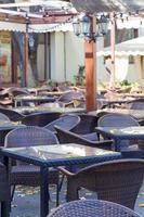 leere Herbstkaffeeterrasse mit Tischen und Stühlen. Weicher Fokus foto