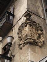 Steinfassade mit Wappen foto