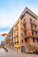 Fassaden mit Flaggen von Estragona und Katalonien verziert