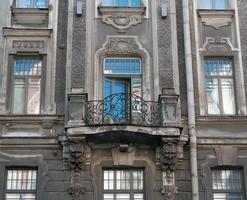 Fassadenhaus mit geformtem Balkon und skulpturalen Dekorationen foto