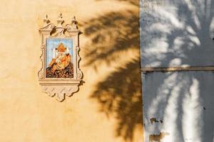 Cordoba - Keramik geflieste Pieta an der Kirchenfassade foto