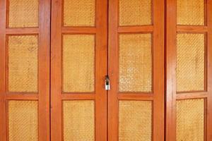Holztür im asiatischen Stil mit Schloss foto