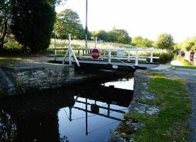 Plattenspieler Brücke Barge Kanal Feld Wiese landschaftlich foto