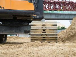 Radladerbagger mit Baggerlader zum Entladen von Sand im Unterwerk foto