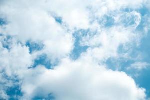 blauer Himmel und Wolke