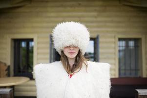 Das junge Mädchen kostet in Kleidung des Hirten