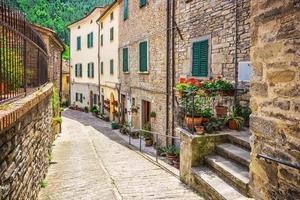 italienische Straße in einer kleinen Provinzstadt der Toskana