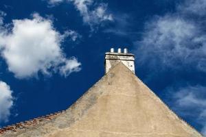 Dreieckswand und bewölkter Himmel foto