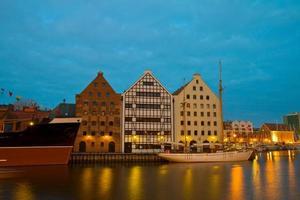 zentrales Schifffahrtsmuseum in Danzig bei Nacht foto